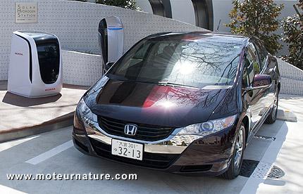Honda-FCX-Clarity-Solar-hydrogen-station