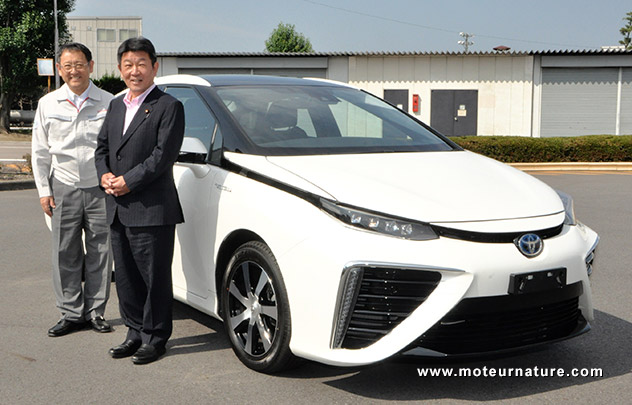 Toshimitsu Motegi and Akio Toyoda in front a Toyota fuel cell vehicle